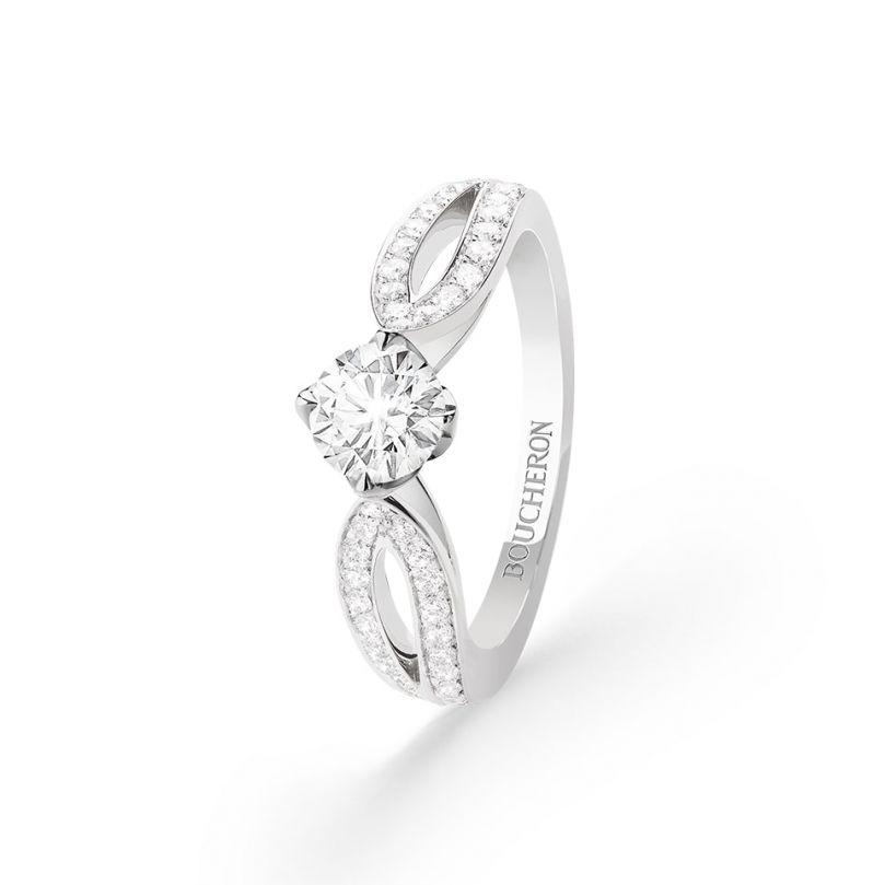 First product packshot Pont de Paris Engagement ring
